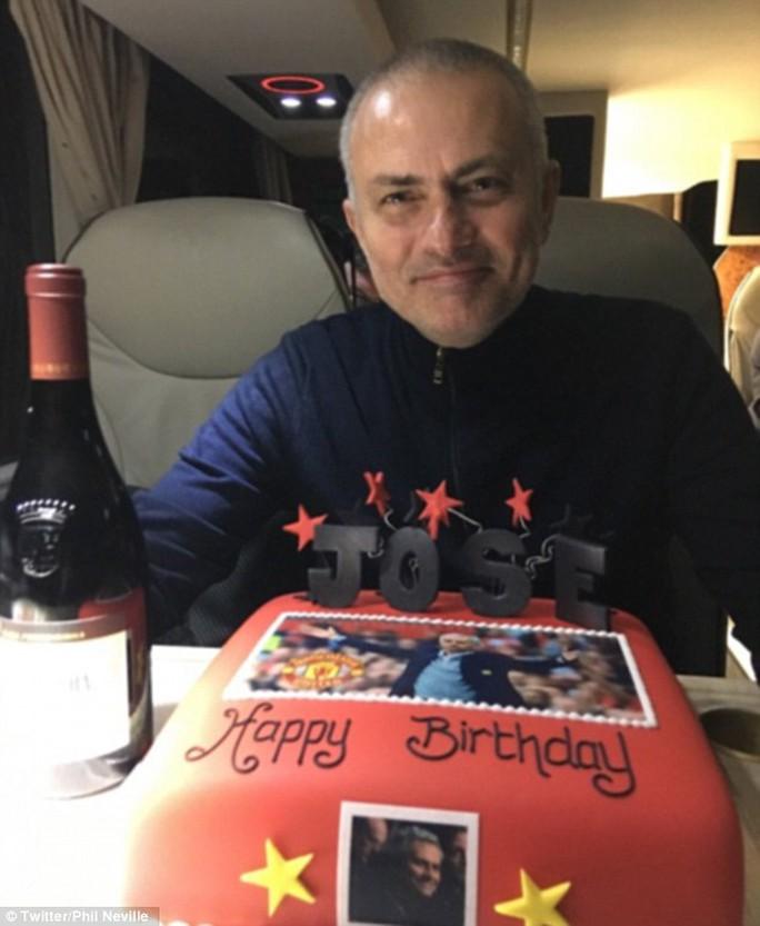 HLV Mourinho khoe ảnh mừng sinh nhật lần thứ 54 trên xe buýt sau khi M.U vào chung kết League Cup