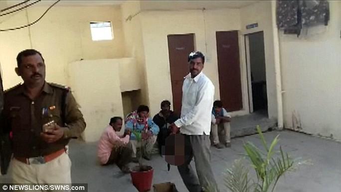 Narayan Singh xách đầu vợ đi bộ hơn 8km đến đồn cảnh sát để tự thú.