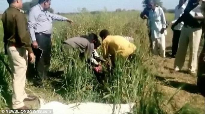Cảnh sát kiểm tra hiện trường và thu dọn thi thể của người vợ.