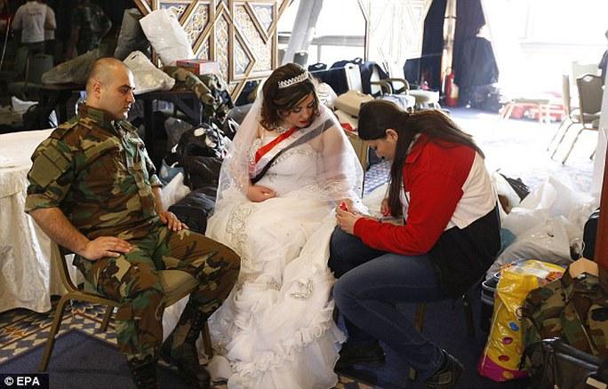 Các cặp đôi hào hứng chuẩn bị cho lễ cưới. Ảnh: EPA