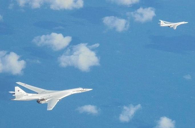 Hai chiếc TU-160 của Nga xuất hiện gần không phận Anh sáng 9-2. Ảnh: Daily Mail