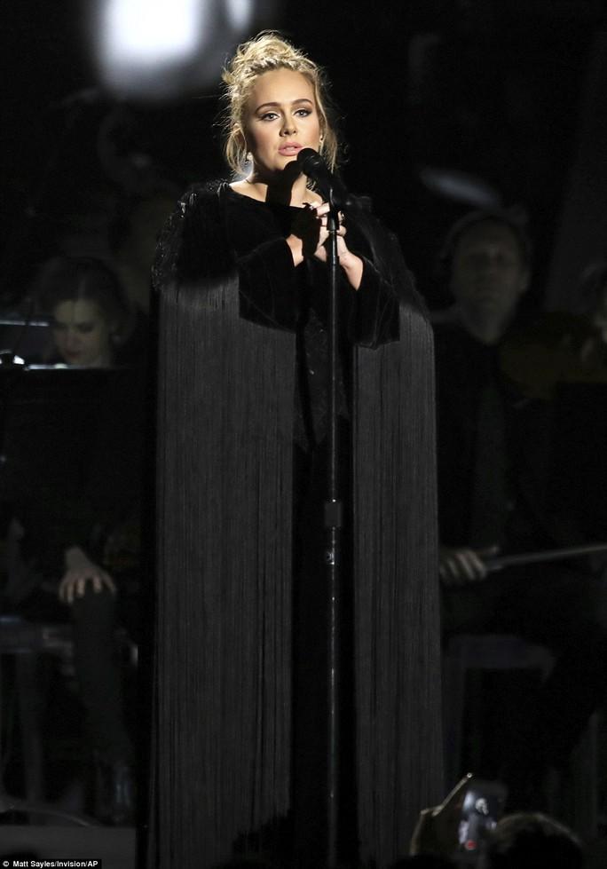 Adele biểu diễn trong lễ trao giải