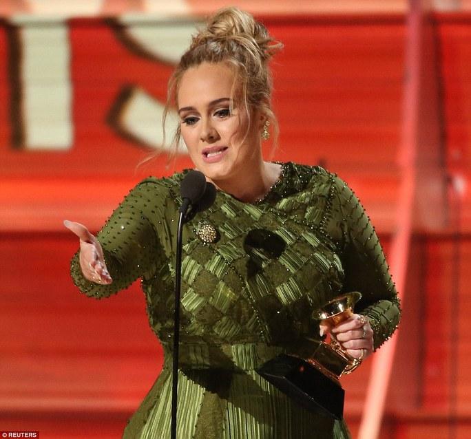 Adele xúc động khi được xướng tên nhận giải