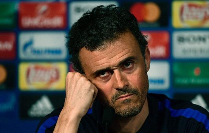 HLV Enruque trầm tư trong buổi họp báo trước trận gặp PSG