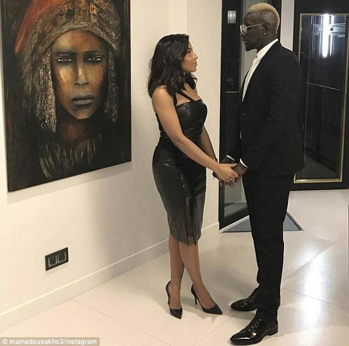 Mamadou Sakho, cầu thủ đang được cho mượn ở Crystal Palace từ Liverpool, hâm nóng tình cảm với vợ Madja