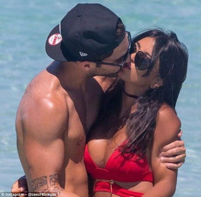 Fabresgas táo bạo hơn với một nụ hôn cháy bỏng cho bạn gái Daniella Semaan