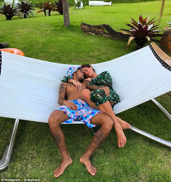Neymar đăng ảnh thân mật với bạn gái cũ Bruna Marquezine. Đây là bằng chứng nói lên rằng tin đồn anh và Bruna quay trở lại là sự thật