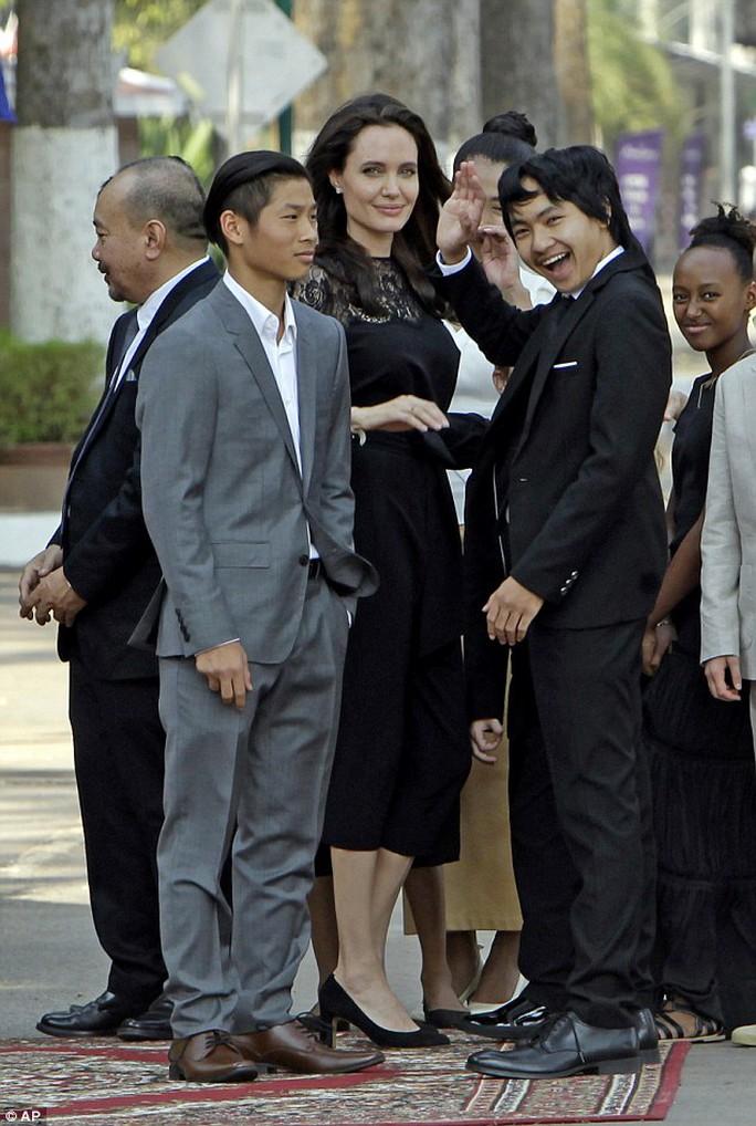 Pax Thiên (bên trái) và mẹ nuôi Angelina cùng anh trai Maddox