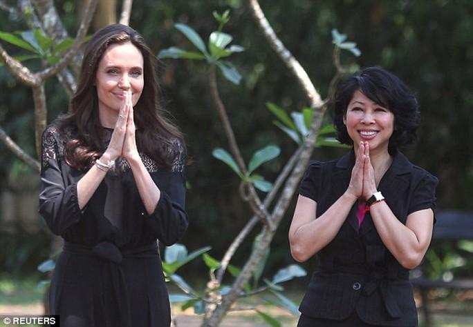 Angelina xinh đẹp với đầm đen