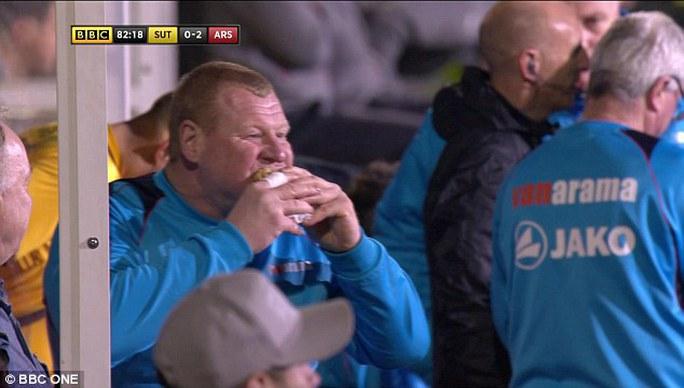 Thủ môn Wayne Shaw ăn bánh trong lúc trận đấu diễn ra vì mục đích cá cược