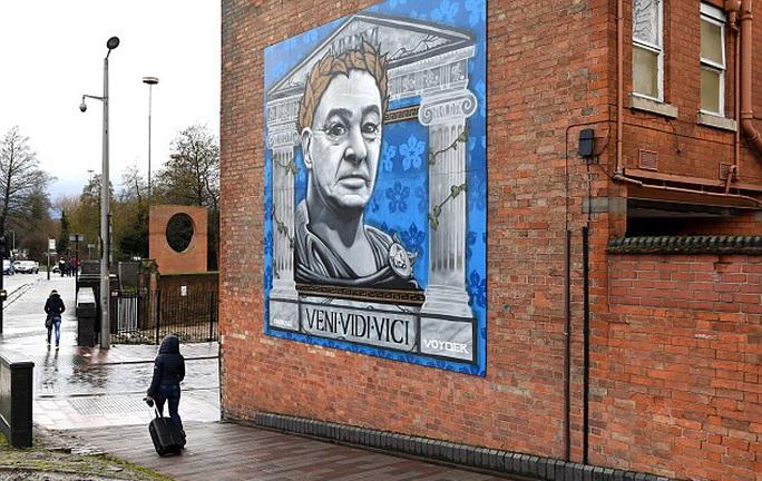 Không chỉ trong sân, hình ảnh Ranieri còn xuất hiện trên đường phố Leicester