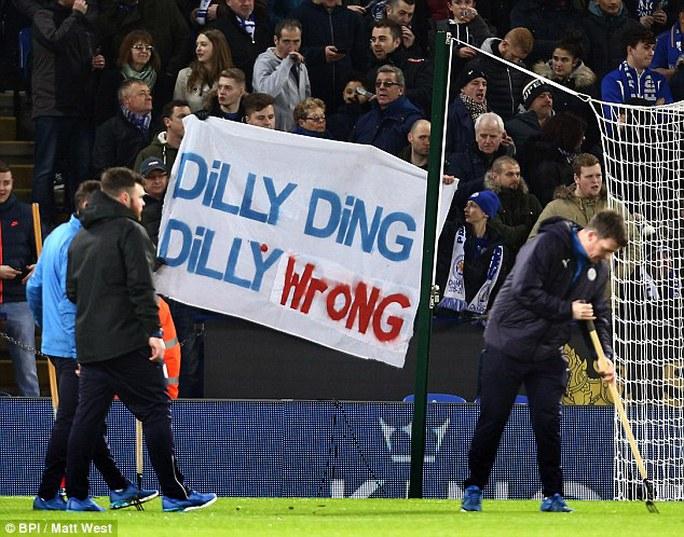 Một số ĐV quá khích phản đối quyết định sa thải Ranieri của Leicester