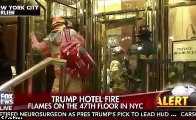 Nhân viên cứu hỏa vào tòa nhà. Ảnh: Fox News