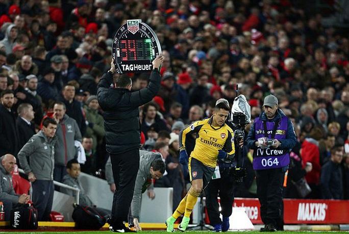 Sanchez chỉ được tung vào sân khi Arsenal để thua Liverpool 2 bàn. Điều này khiến anh nổi giận