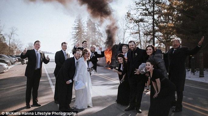Chiếc xe buýt bốc cháy trên đường đến nhà thờ.