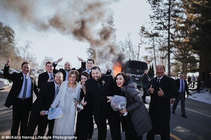 Cô dâu chú rể và khách mời tươi cười chụp ảnh.