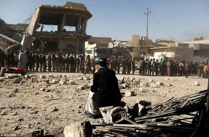 Người dân khu vực Al Mansour, phía Tây của Mosul, xếp hàng chờ nhận đồ tiếp tế. Ảnh: Reuters