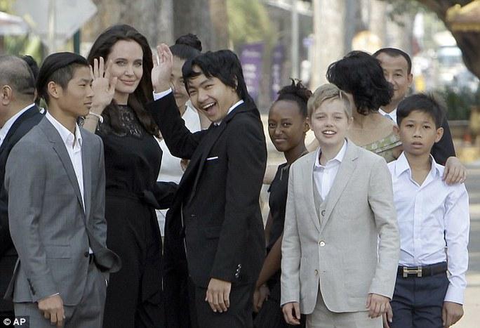 Angelina Jolie và Maddox (vest đen) cùng các con khác