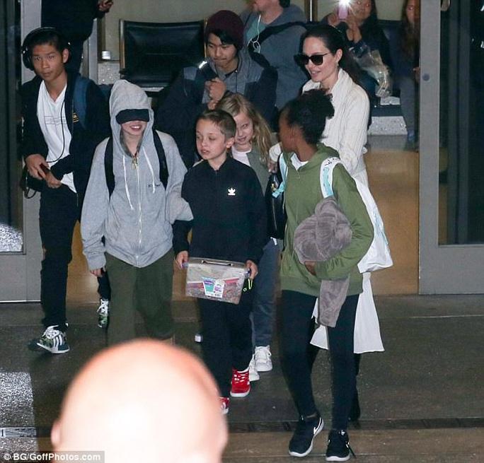 Angelina Jolie bên 6 con