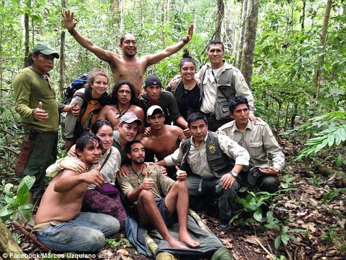 Acuna chụp ảnh lưu niệm với những người tìm thấy anh. Ảnh: National Geographic