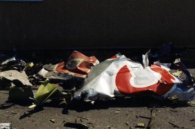 Mảnh vỡ máy bay Boeing 757 tại hiện trường. Ảnh: FBI