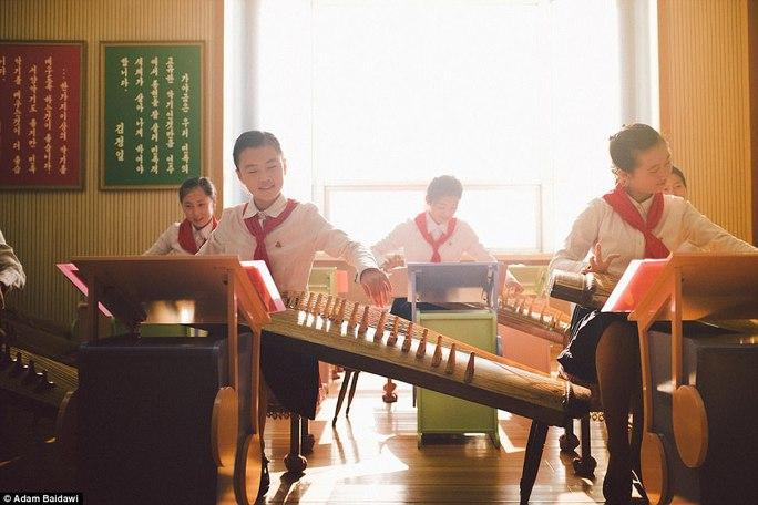 Ông Adam Baidawi viếng thăm một số trường học hàng đầu Triều Tiên. Ảnh: Adam Baidawi