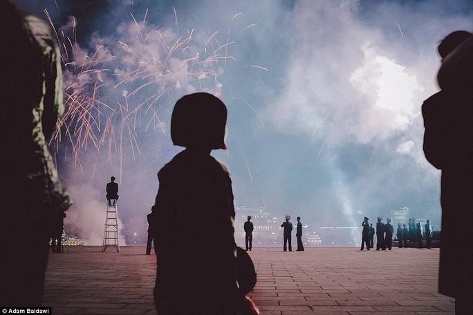 Người dân xem pháo hoa mừng kỷ niệm 105 năm ngày sinh của cố Chủ tịch Kim Nhật Thành. Ảnh: Adam Baidawi