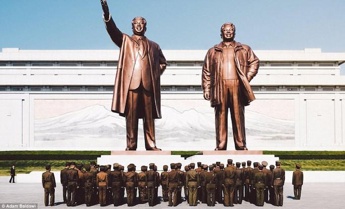 Chủ nhân của loạt ảnh cho biết hình ảnh hay tượng của các lãnh đạo Triều Tiên xuất hiện ở hầu hết mọi địa điểm công cộng. Ảnh: Adam Baidawi
