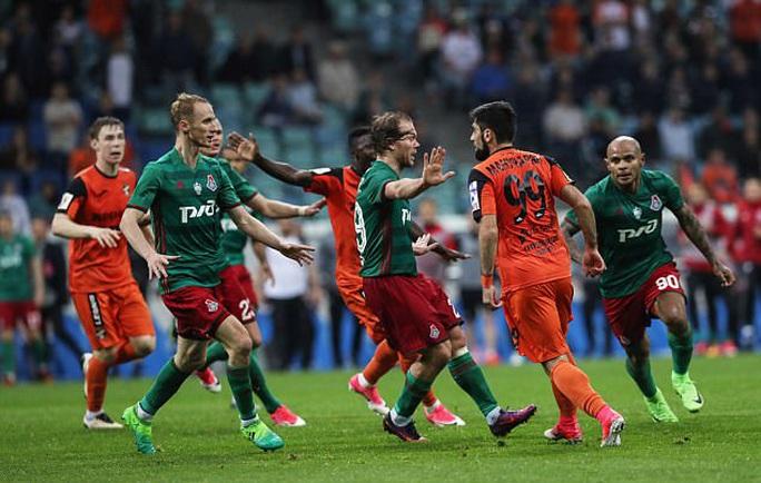 Cầu thủ đánh nhau như phim hành động ở Cúp nước Nga  - Ảnh 4.