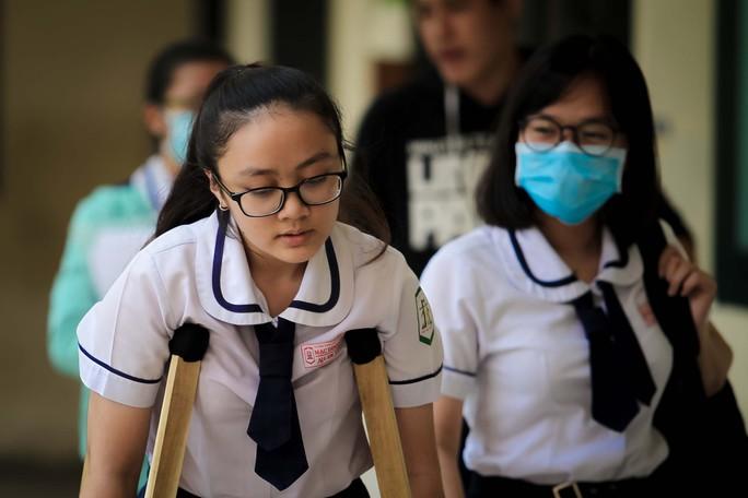 Cảm động hình ảnh người cha đưa con gái đi thi tại TP HCM - Ảnh 2.