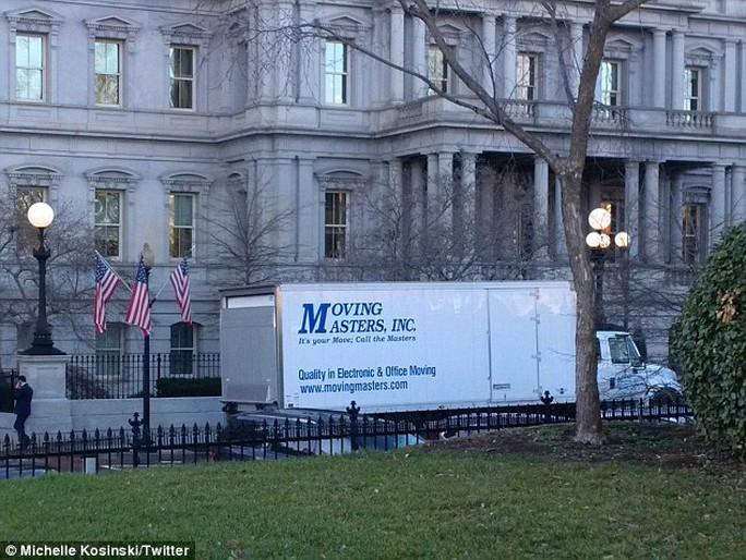 Một số chiếc xe tải màu trắng hôm 5-1 xuất hiện gần khu Cánh Tây và văn phòng Eisenhower. Ảnh: DAILY MAIL