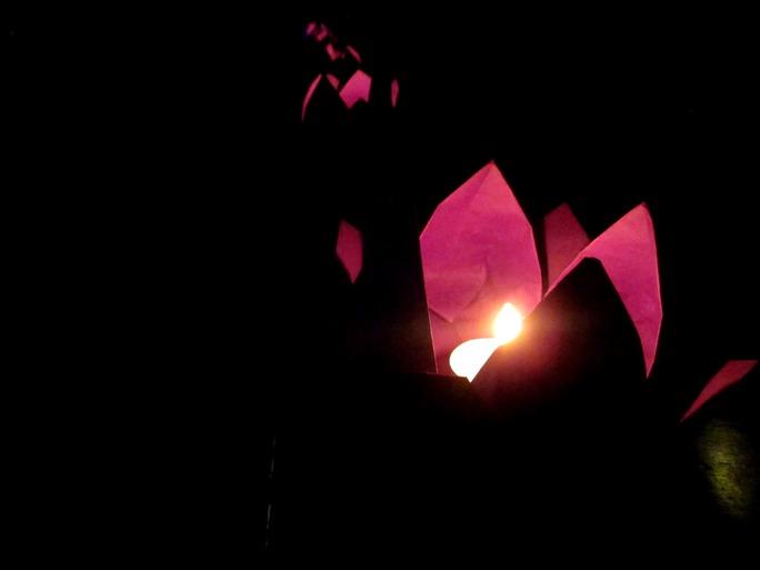 Những ngọn nến đặt trong các hoa sen giấy do sinh viện tự tay làm được đặt quanh nơi tổ chức lễ như một nghi thức tưởng niệm đơn giản và trang trọng