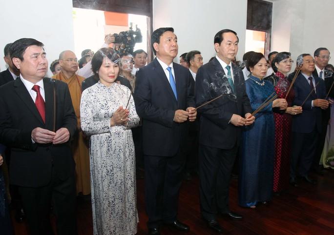 Chủ tịch nước Trần Đại Quang và Bí thư Thành ủy TP HCM Đinh La Thăng dâng hương, dâng hoa Chủ tịch Hồ Chí Minh tại Bảo tàng Hồ Chí Minh - Chi nhánh TP HCM