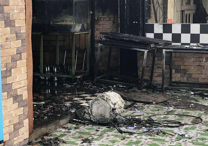 Nhiều tài sản bên trong quán bị cháy trơ khung sắt