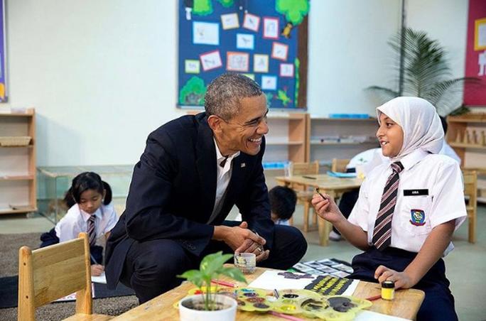 Cựu Tổng thống Obama và một người tị nạn trẻ tuổi. Ảnh: INSTAGRAM