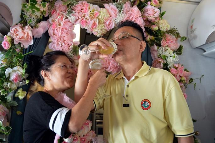 Sau khi nhận đề nghị từ phía hành khách ở các khoang hạng thương gia và phổ thông, hai ông bà ngoắc tay uống cạn ly champagne trong tiếng pháo tay tán thưởng
