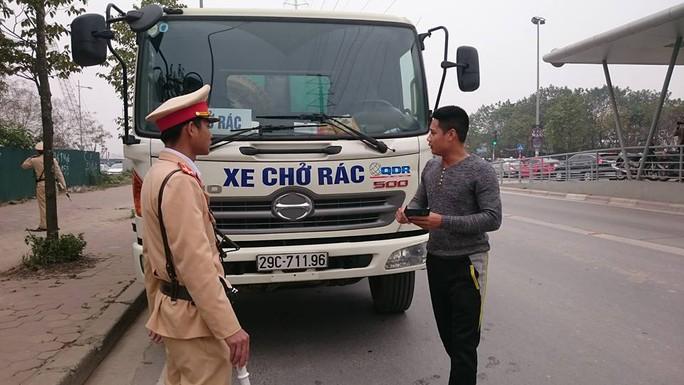 Nhiều tài xế, trong đó có tài xế xe chở rác, bị CSGT xử phạt do điều khiển phương tiện lấn làn xe buýt nhanh