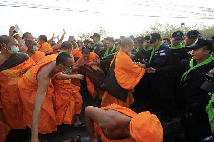 Ẩu đả giữa cảnh sát và nhà sư hôm 20-2. Ảnh: REUTERS