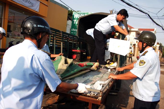 Các xe hàng rong lấn chiếm vỉa hè Hồ Học Lãm cũng bị kiểm tra xử lý, tịch thu