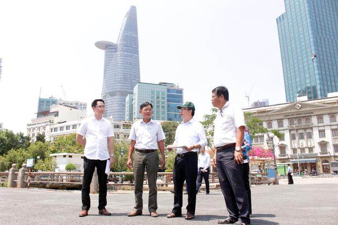 Trưa ngày 15-3, Chủ tịch UBND quận 1 - TP HCM Trần Thế Thuận dẫn đầu đoàn khảo sát để xem xét đề án xây dựng phố hàng rong tại công viên Bạch Đằng.