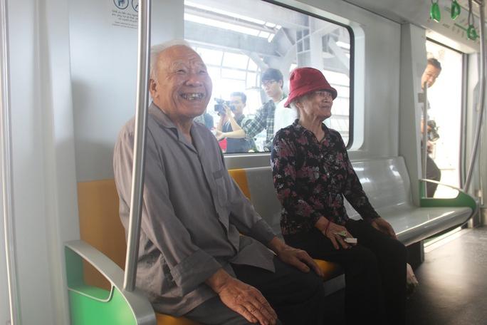 Háo hức mục sở thị tàu đường sắt Cát Linh - Hà Đông - Ảnh 2.