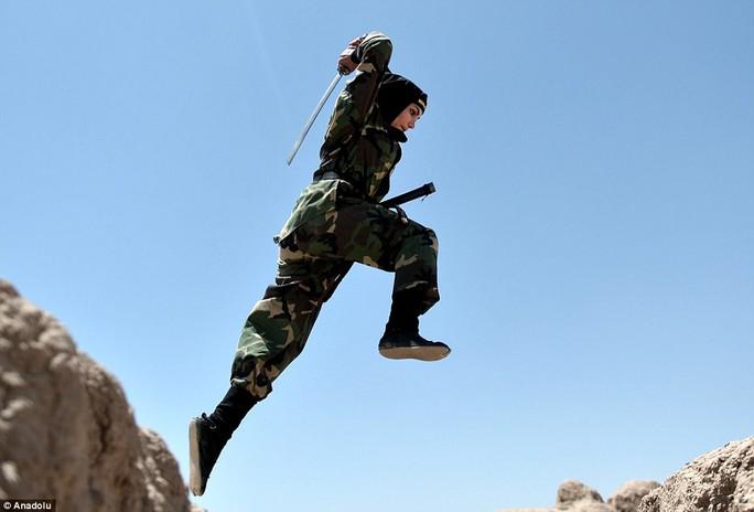 Iran: Đào tạo 4.000 nữ ninja trong sa mạc - Ảnh 8.