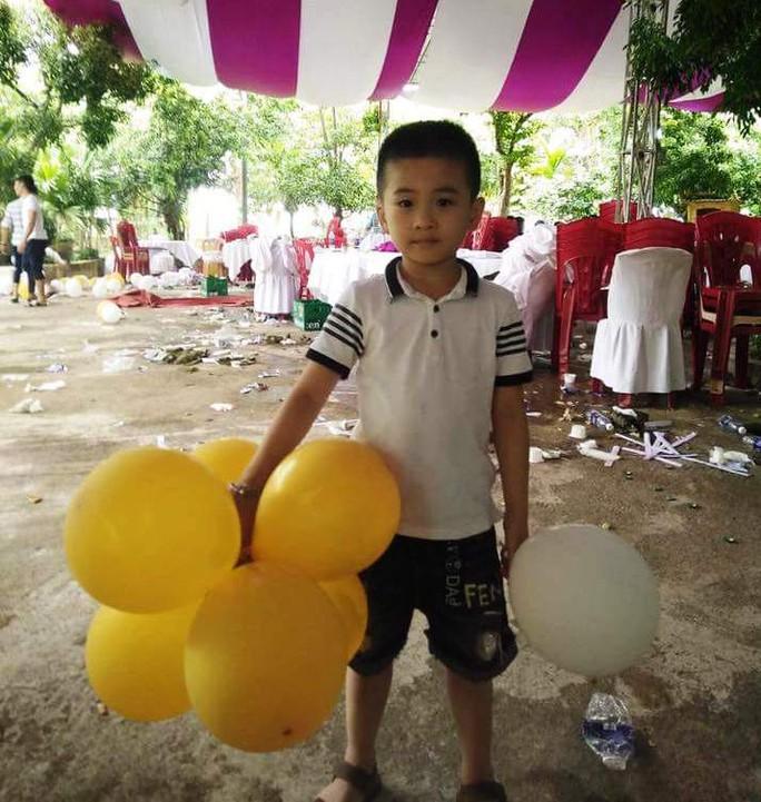 Công an vào cuộc truy tìm bé trai 6 tuổi mất tích - Ảnh 2.