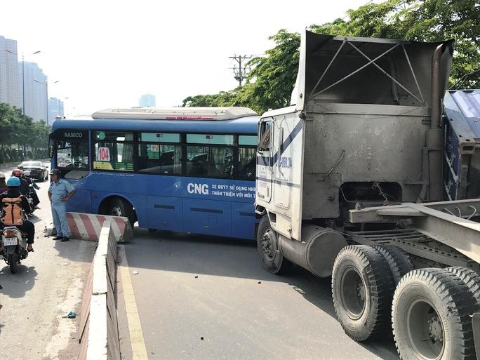 Xe đầu kéo tông văng xe buýt, đè bẹp xe máy ở cầu Sài Gòn - Ảnh 1.