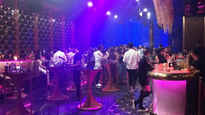 Đột kích 2 quán bar cho tiếp viên phục vụ khách thâu đêm  - Ảnh 4.