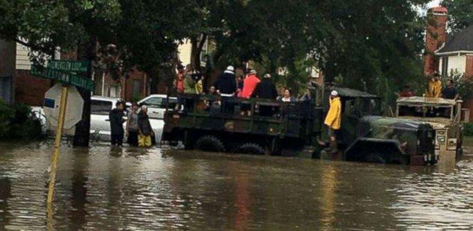 """Đội xe tải """"quái vật"""" giải cứu nạn nhân bão Harvey - Ảnh 4."""