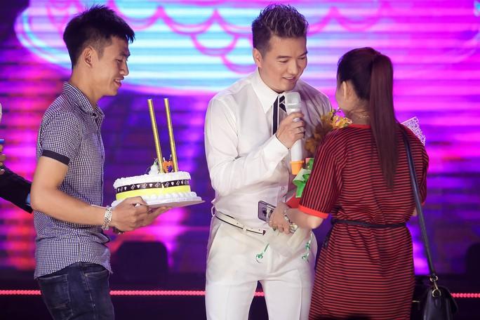 Đàm Vĩnh Hưng vỡ òa khi được fan tổ chức sinh nhật trên sân khấu - Ảnh 3.
