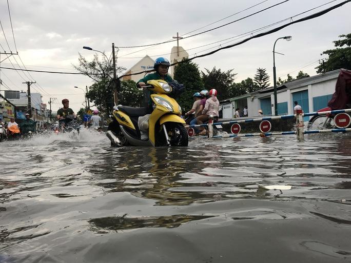 Sài Gòn mưa rả rích nhưng mênh mông nước! - Ảnh 2.