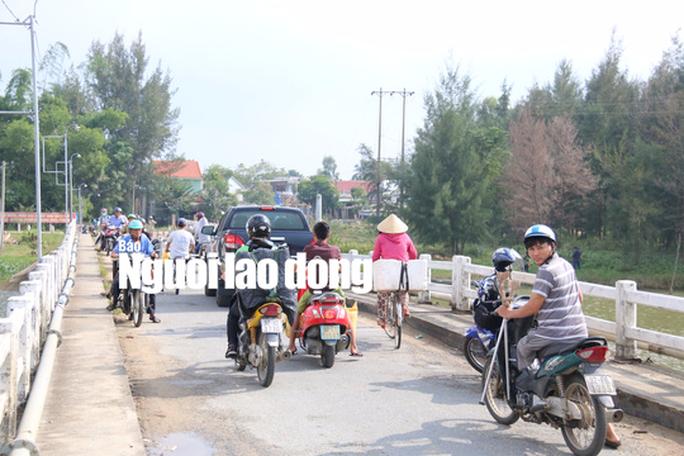 Hàng ngàn người liều mình lưu thông qua cây cầu sắp sập - Ảnh 6.