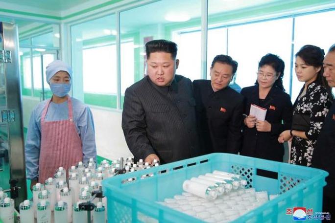 Ông Kim Jong-un tươi cười thăm nhà máy mỹ phẩm cùng vợ - Ảnh 2.